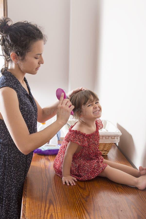 Download Macierzysty Czesanie Włosy Jej Córka Obraz Stock - Obraz złożonej z femaleness, higiena: 57661051