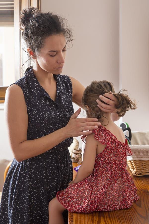 Download Macierzysty Czesanie Włosy Jej Córka Zdjęcie Stock - Obraz złożonej z ponytail, dziewczyna: 57661384