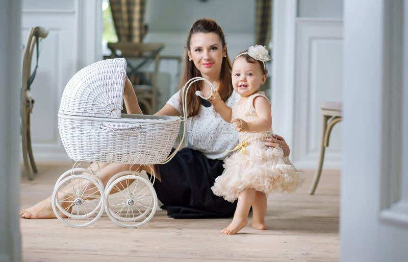 Macierzysty dopatrywanie jej dziecko bawić się fracht fotografia stock