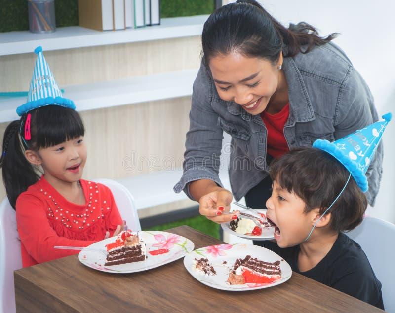Macierzysty feeing jej dziecko urodzinowego tort w brithday przyjęciu obraz stock