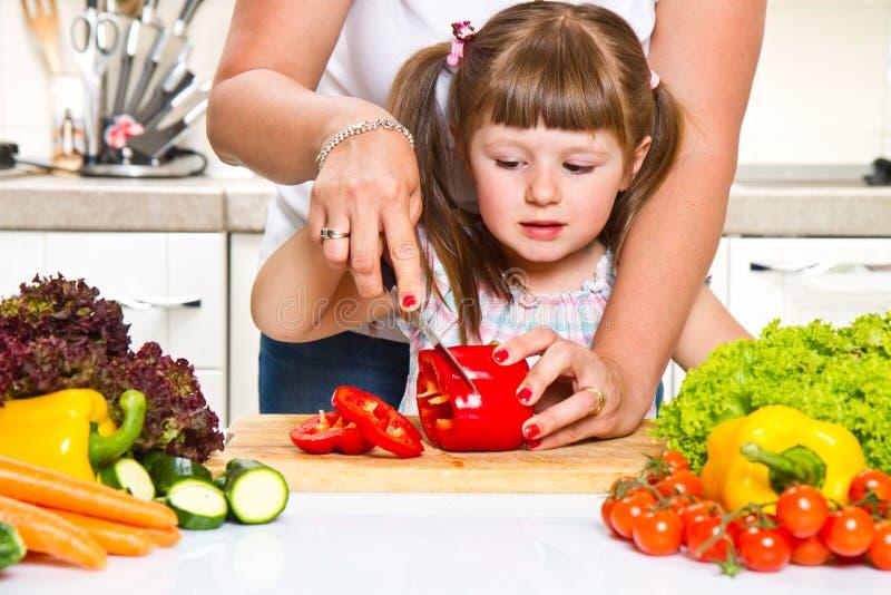 Macierzysty i dzieciaku przygotowywa zdrowego jedzenie zdjęcie stock