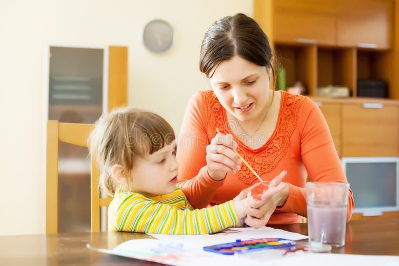 Macierzysty i dziecko jej rysunek na papierze z fotografia royalty free