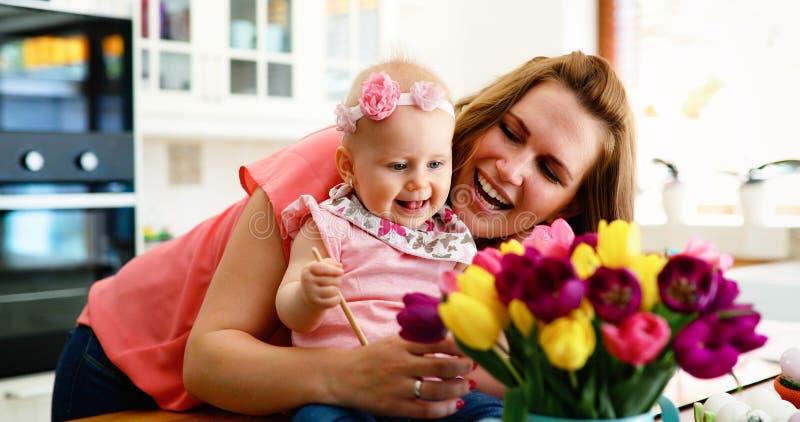 Macierzysty i jej córko maluje Wielkanocnych jajka obrazy royalty free