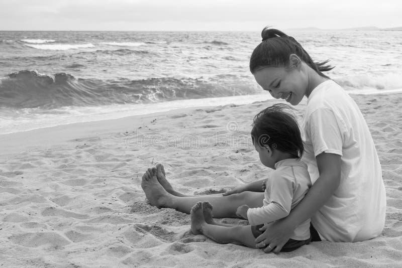 Macierzysty i jej dziecko bawić się na plaży wpólnie outdoors obraz royalty free