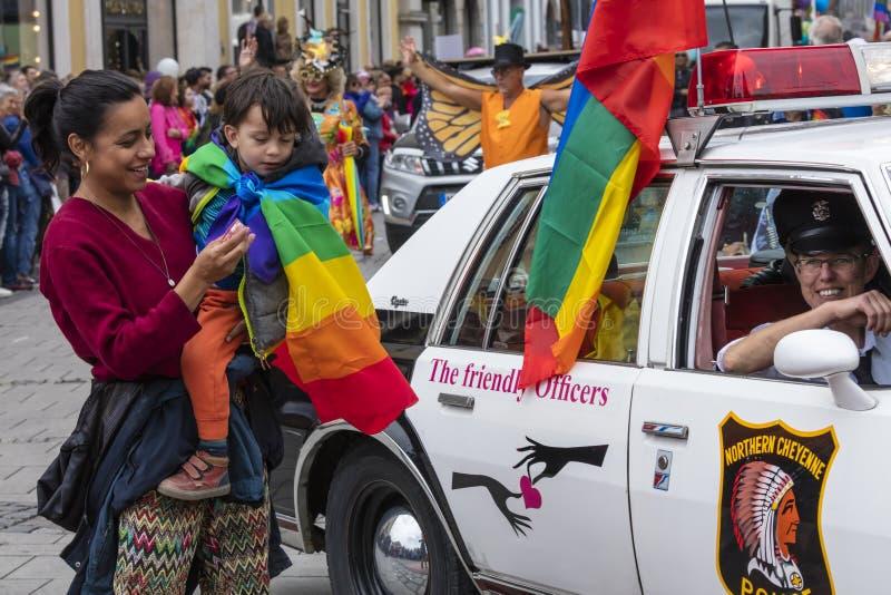 2019: Macierzysty i jej dziecko obok samochodu policyjnego uczęszcza Gay Pride paradę także znać jako Christopher Uliczny dzień,  zdjęcia stock
