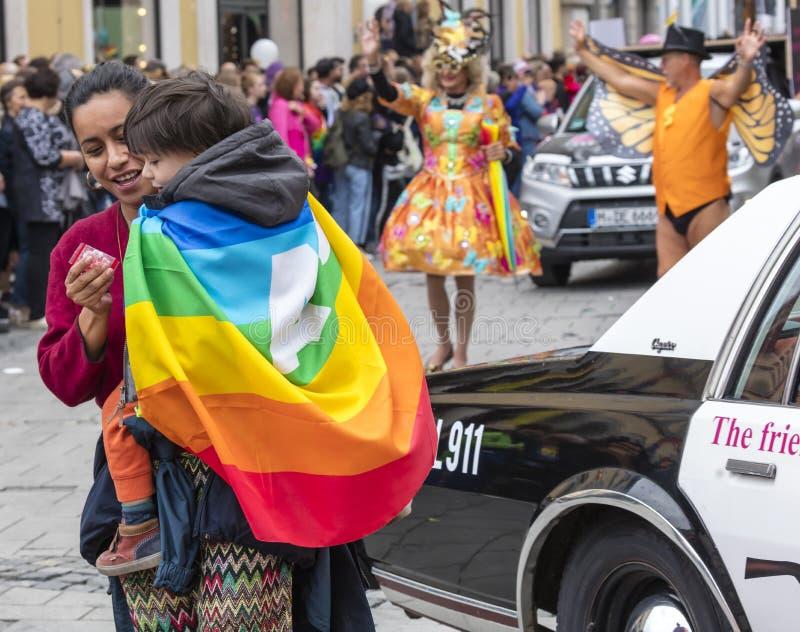 2019: Macierzysty i jej dziecko obok samochodu policyjnego uczęszcza Gay Pride paradę także znać jako Christopher Uliczny dzień,  obrazy stock