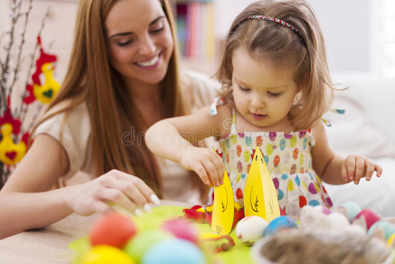 Macierzysty i jej dziecko podczas Easter obraz stock