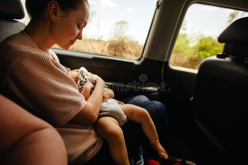 Macierzysty i jej dziecko w samochodzie obraz royalty free