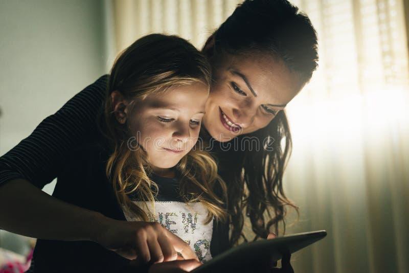 Macierzysty i jej dziecko z cyfrową pastylką zdjęcie stock