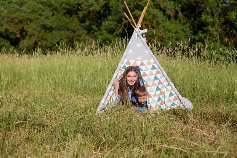 Macierzysty i młody syn na pinkinu outdoors namiocie zdjęcie royalty free