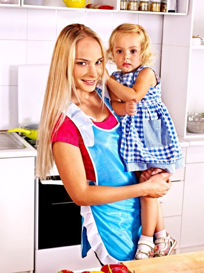 Macierzysty karmy dziecko przy kuchnią. zdjęcia royalty free