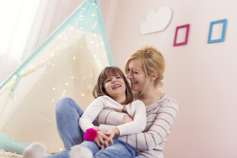Macierzysty mienie i przytulenie jej córka zdjęcie stock