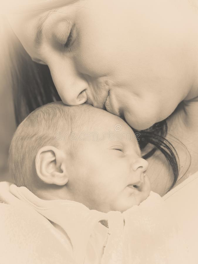 Macierzysty mienie jej mały nowonarodzony dziecko zdjęcie stock