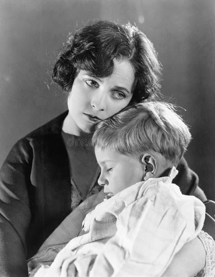 Macierzysty mienie jej sypialny syn (Wszystkie persons przedstawiający no są długiego utrzymania i żadny nieruchomość istnieje Do fotografia stock
