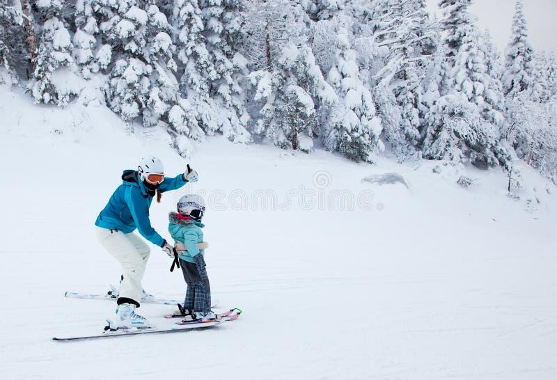 Macierzysty nauczanie jej dziecko narta przy Mont-Tremblant obrazy stock