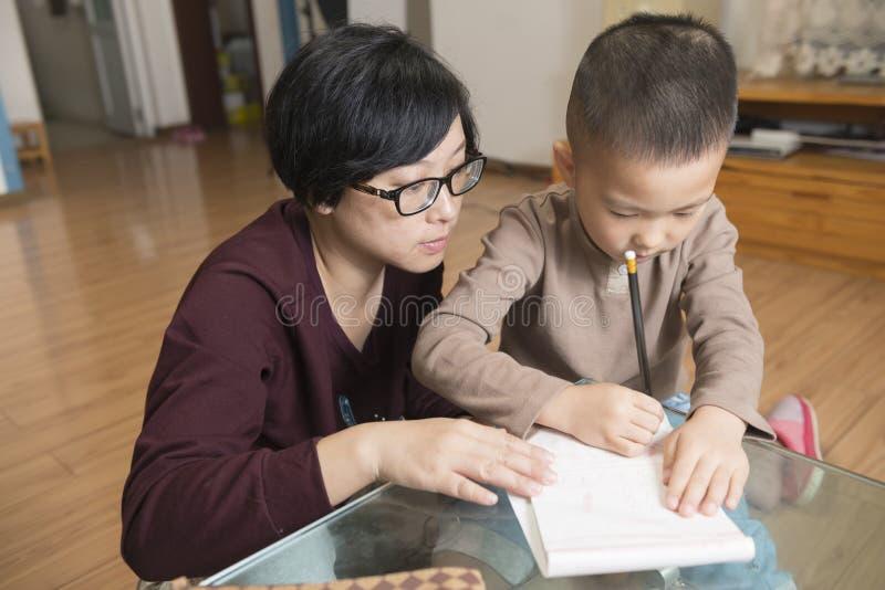 Macierzysty nauczanie syna writing fotografia stock