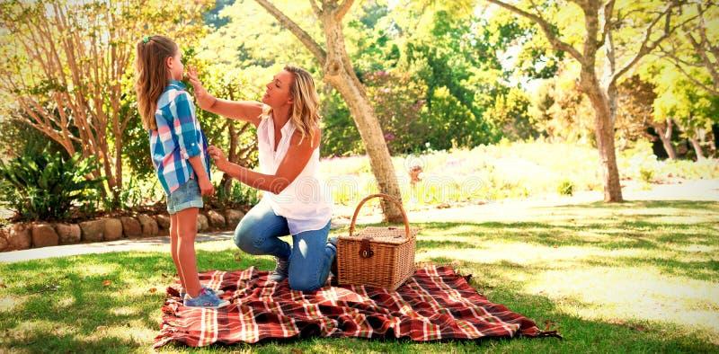 Macierzysty opowiadać jej córka w parku zdjęcia royalty free