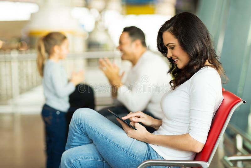 Macierzysty pastylka komputeru lotnisko zdjęcia royalty free