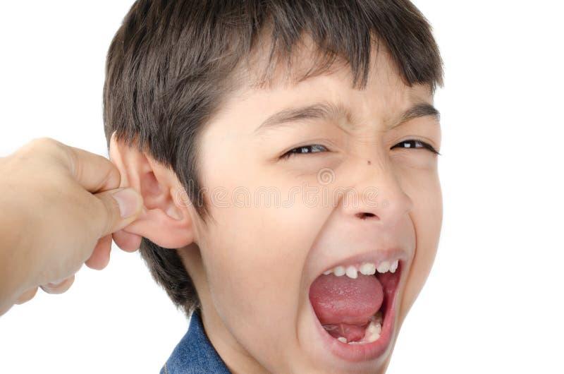 Macierzysty ręki ciągnięcia chłopiec ucho na białym tle obraz royalty free