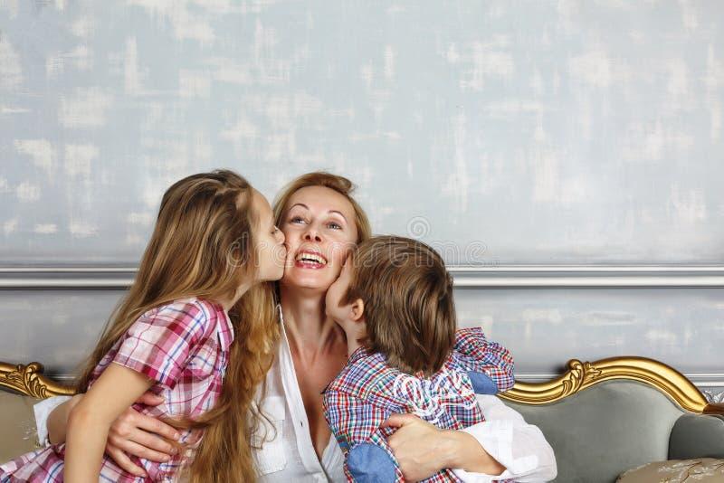 Macierzysty ` s dzień, małe dzieci, mama, matka, szczęśliwa rodzina, śliczny c obrazy stock
