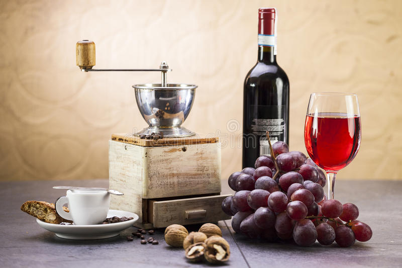 Macinacaffè, caffè e cantuccini italiano dolce del biscotto, grap fotografia stock