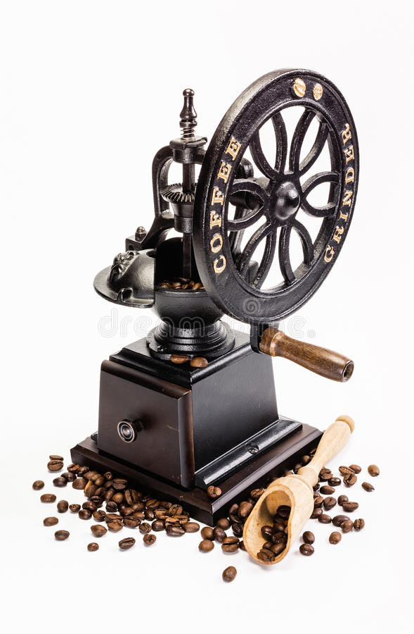Macinacaffè classico con i chicchi di caffè immagini stock