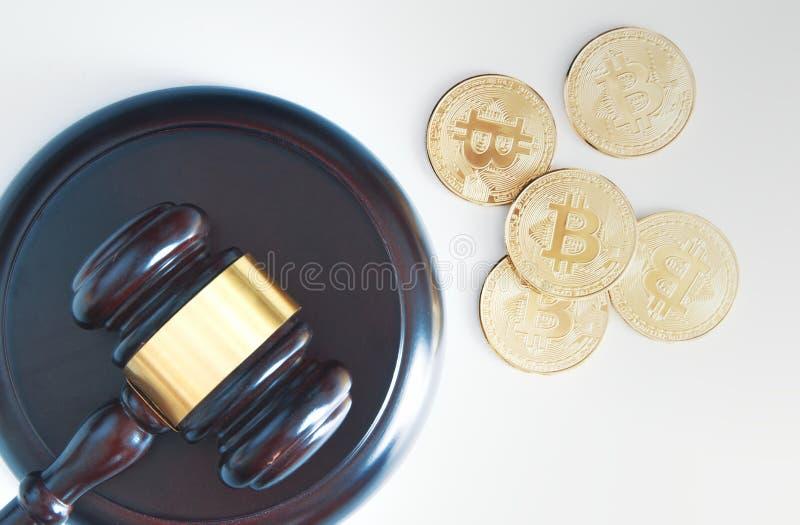 Macis do juiz ao lado de algumas moedas da moeda do bitcoin de cima de A parte superior v? para baixo fotografia de stock