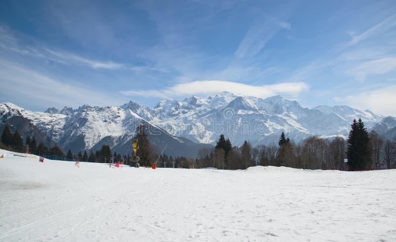 Macizo de la montaña de Mont Blanc, Francia Montañas en la neblina foto de archivo libre de regalías