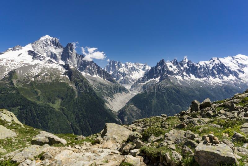 Macizo de Mont Blanc encendido un día soleado en junio montan@as imagen de archivo