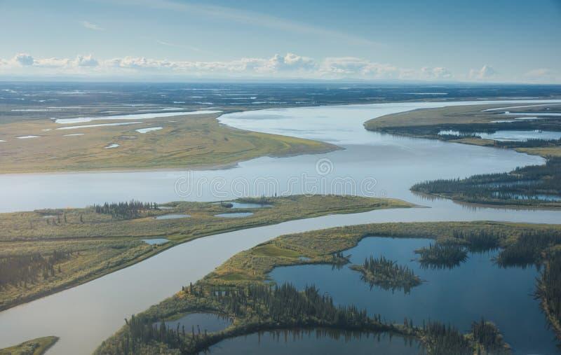 Mackenzie River comme il s'approche de l'océan arctique photo libre de droits