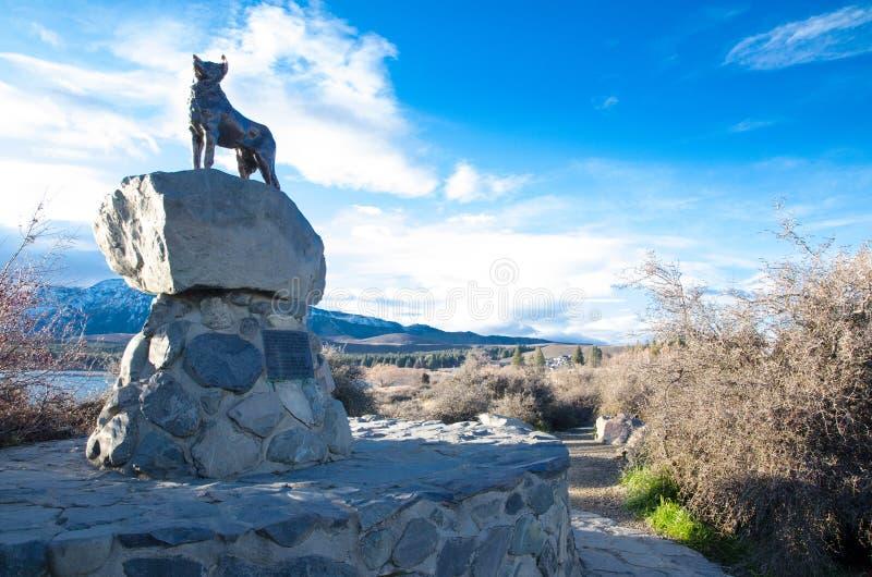 Mackenzie Sheep Dog, la estatua de bronce del perro en las orillas del lago Tekapo en un día hermoso con el cielo azul fotos de archivo