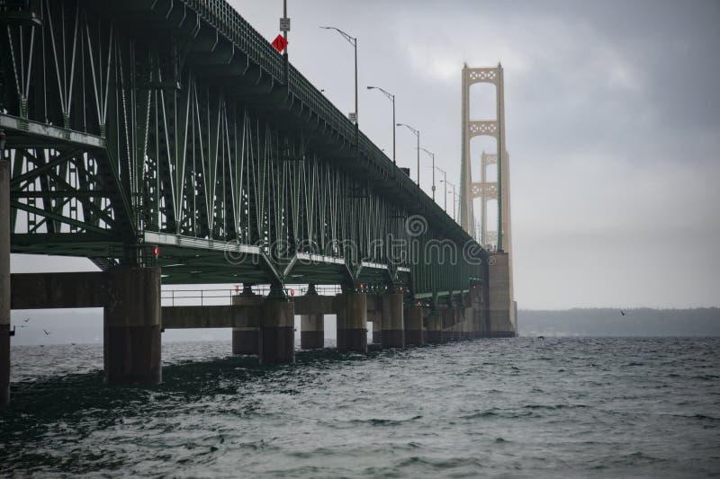 Mackinac bro i dimma royaltyfri bild