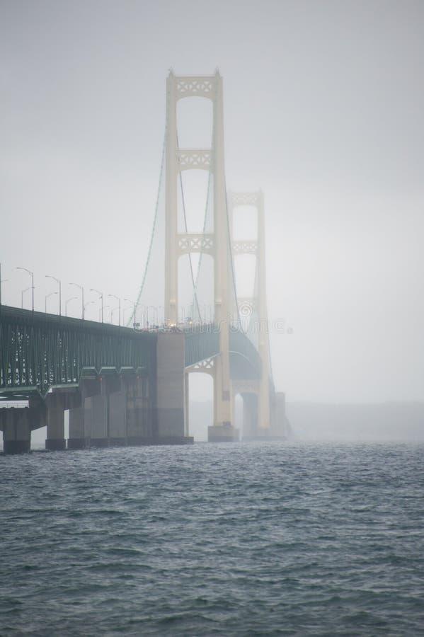 Mackinac bro på dimmig morgon royaltyfria foton