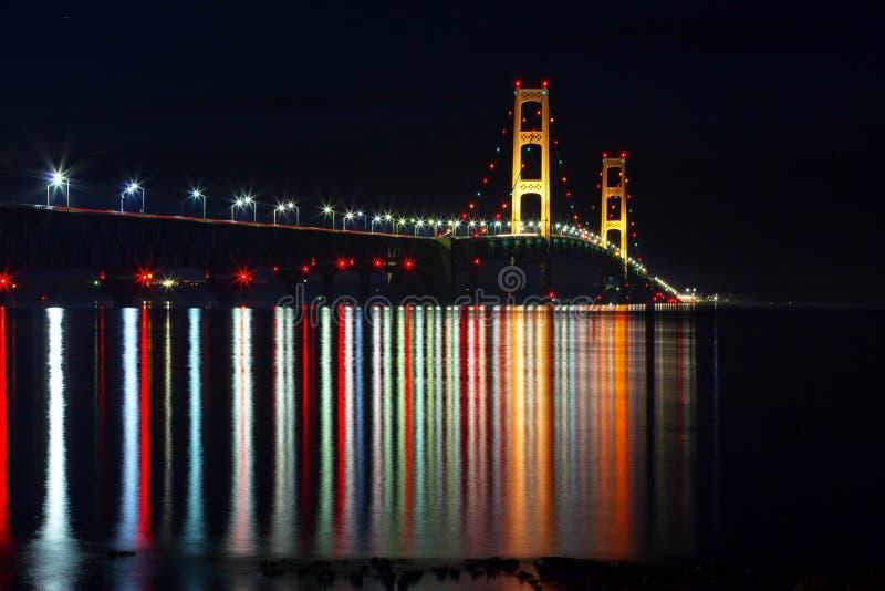 Mackinac bro på natten - Crayola reflexioner arkivfoton