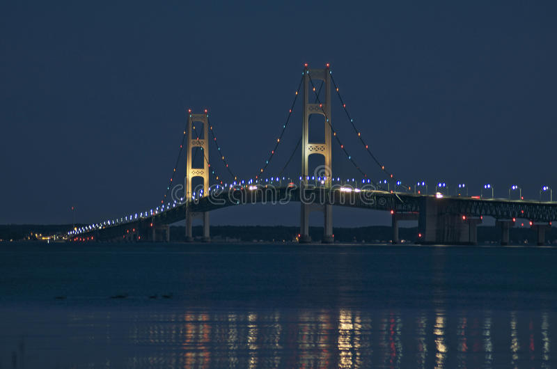 Mackinacbrug van St Ignace Michigan bij Nacht stock foto's