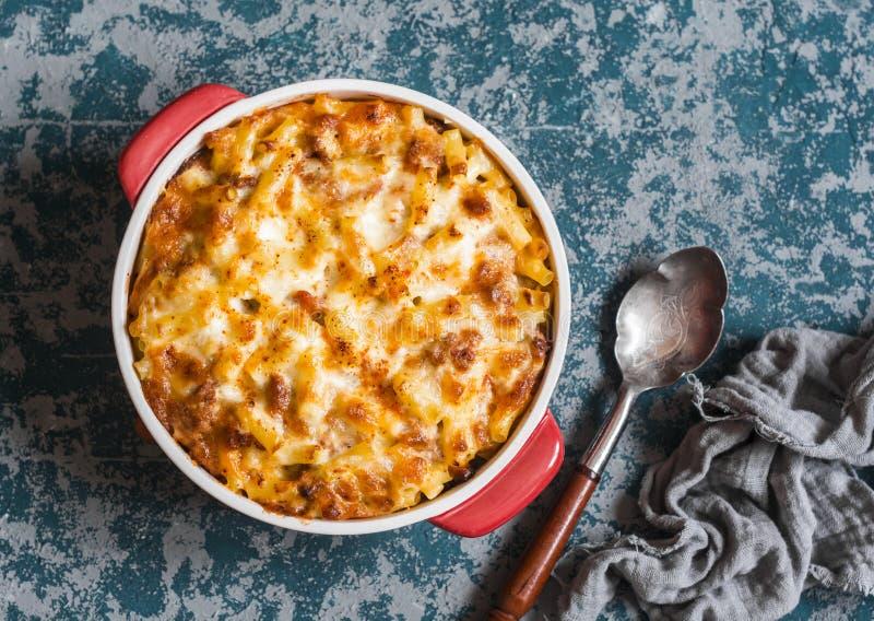 Mackintosh e formaggio Maccheroni e formaggio con la salsa al pomodoro della carne fotografia stock