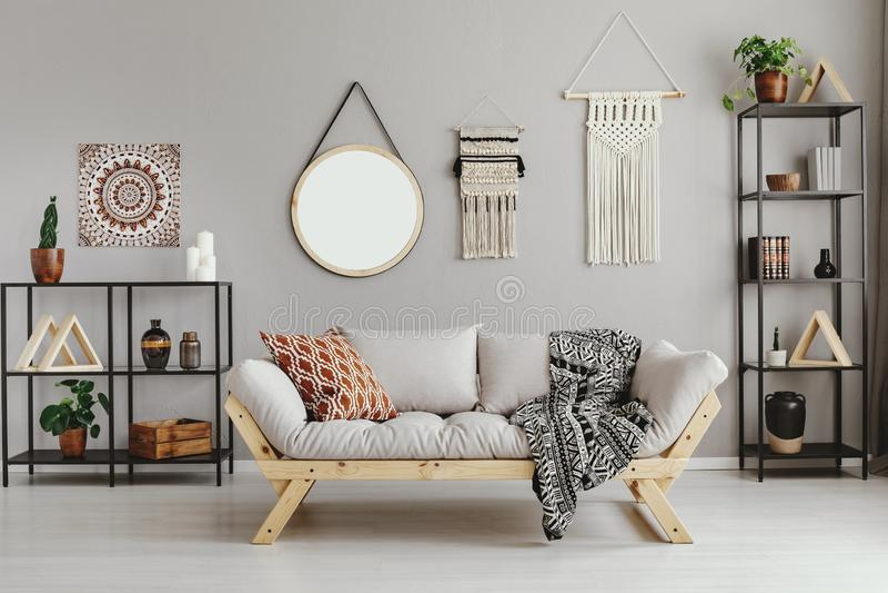 Macramé, spiegel en ethno grafisch op beige muur royalty-vrije stock foto