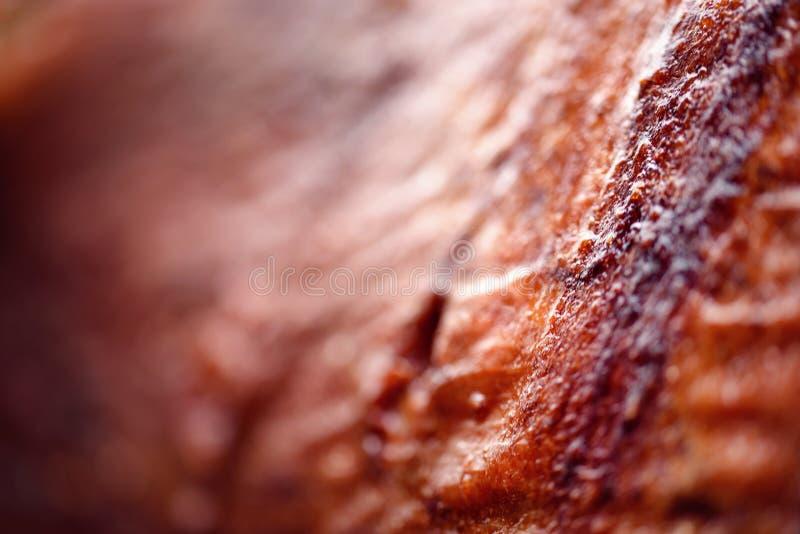 Macro agnello del dettaglio sullo spiedo grigliato a perfezione facendo uso del carbone caldo fotografie stock