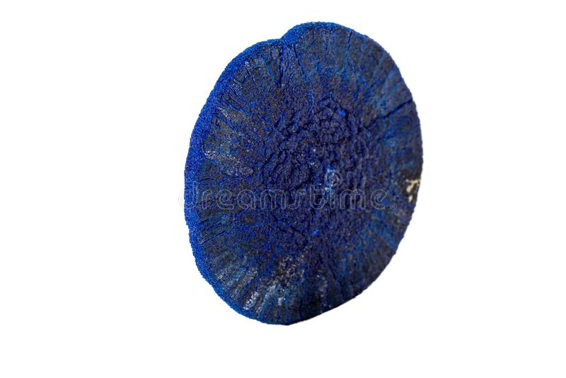 Macro azurite minérale en pierre sur un fond blanc images libres de droits