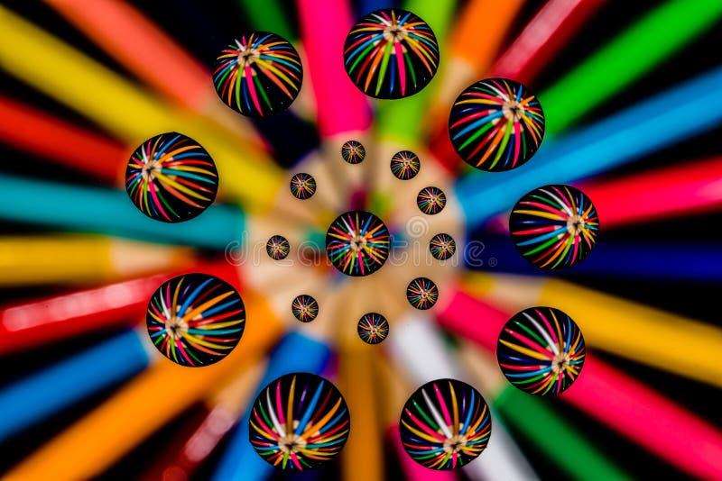 Macro baisses de l'eau et modèle symétrique coloré d'abrégé sur crayon image stock