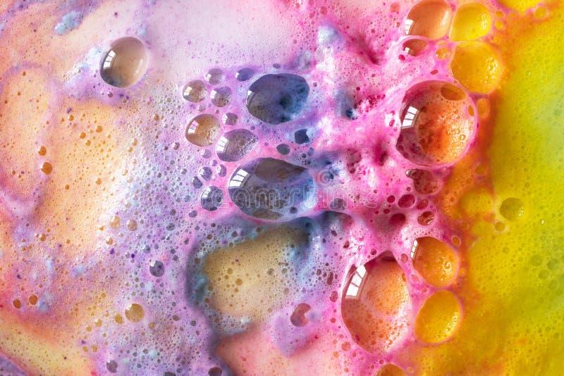 Macro bolle dell'arcobaleno di struttura delle bombe del bagno fotografia stock