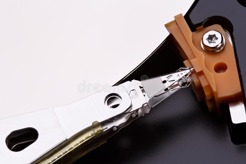 Macro centrada en la cabeza magnética en hdd de la unidad de disco duro Foto apilada imagen de archivo