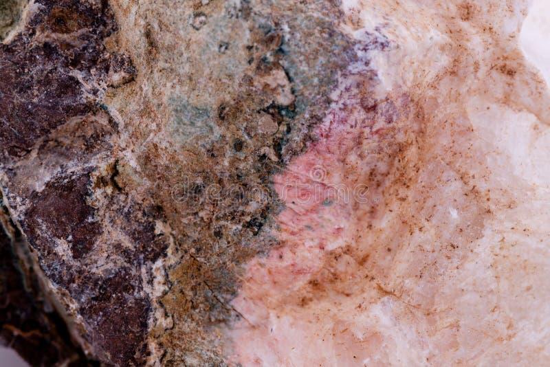 Macro Chalcedony di pietra minerale su un fondo bianco fotografia stock libera da diritti