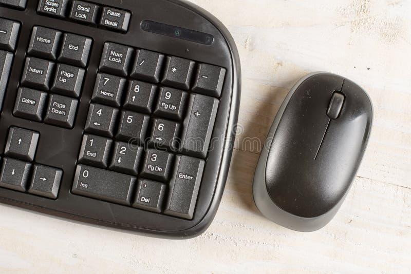 Macro clavier noir de PC de plan rapproché avec la souris sans fil noire photos stock