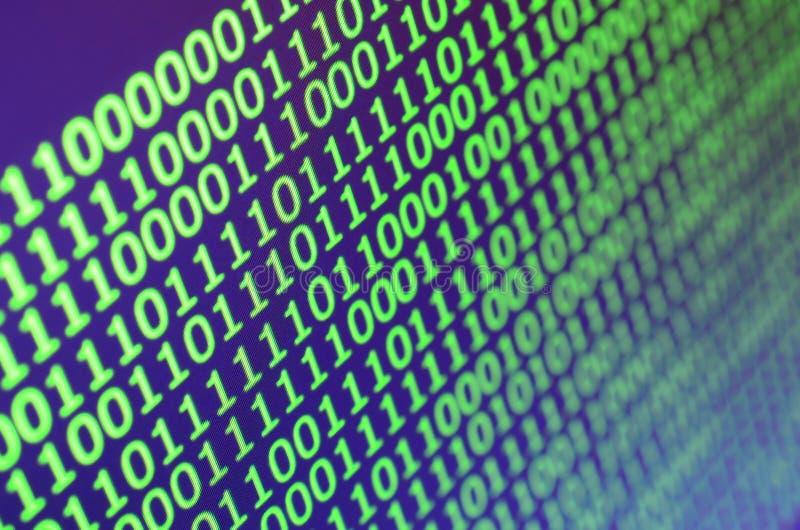Macro colpo del codice binario sul monitor di un computer di ufficio Il concetto del lavoro del ` s del programmatore Il flusso d fotografie stock libere da diritti
