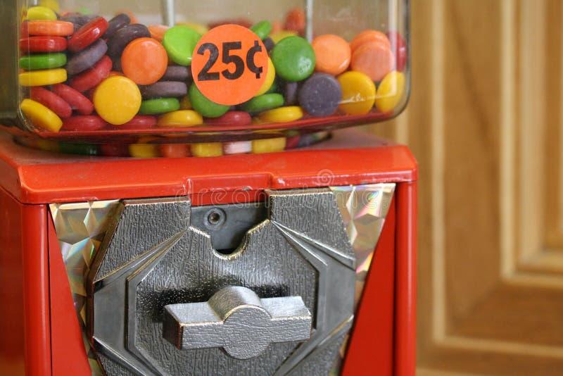Macro colpo del distributore automatico con la manovella e la caramella 25 centesimi immagini stock libere da diritti