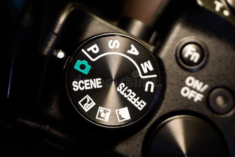 Macro colpo del primo piano del corpo della fotocamera nero con i bottoni per controllare e commutare i modi della fucilazione immagine stock