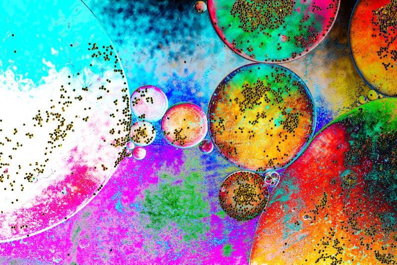 Macro colpo dell'emulsione dell'olio dell'acqua sopra fondo colorato fotografia stock