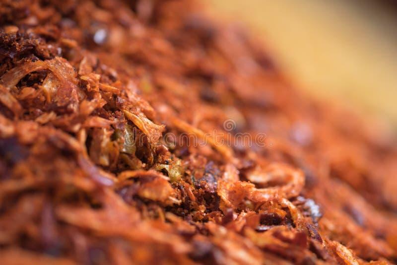 Macro colpo delle spezie secche e delle cipolle fritte degli scalogni fotografie stock libere da diritti