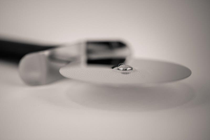 Macro colpo di Monocrome di una taglierina della pizza del metallo fotografie stock libere da diritti